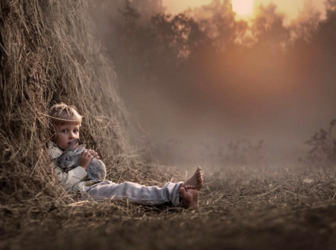 Wild-Boy-di-Elena-Shumilova-Andreapol-esterno-bambino-e-coniglio-671x500